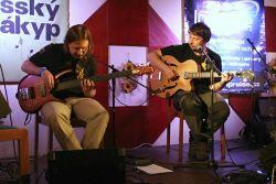 Duo Hořký kafe z Prahy, co vlastně z Prahy není, jelikož jeden z účinkujících bydlí v Jablonci a druhý na Sázavě, přineslo do sálu trochu bluesového nádechu ve svých folkových písních.