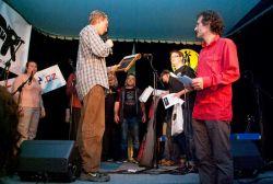 Finále 2010 - vítěz VI. ročníku Honza Donald Jícha předává putovní cenu Fajnbeatu