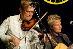 Soustředěný výraz houslisty Petra Fanty a kytaristky Lenky Cajthamlové vypovídá o nasazení, se kterým šel do finále celý Jolly Band. Ve svém vystoupení vsadili na tři písničky a instrumentálku Vážka, vyzkoušené ve dvou předchozích soutěžních večerech a dlužno říci, že výběr se jim ne úplně povedl. Tím se určitě připravili, i když hráli dobře, o nějaký ten bodík, zejména mezi pravidelnými diváky Notování.