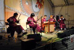 Každý ročník TFF Rudolstadt má svou tzv. magickou zemi, což je jedna zvolená země, jejíž muzice se dramaturgie festivalu detailněji věnuje. Letos byla magickou zemí Čína a z bohaté nabídky všemožných orchestrů, kapel, sborů a zpěváků jsem si mimo jiné vybral band Yu Lefu's Guangdong Wujiatou, který se věnuje tradiční instrumentální hudbě kantonského regionu.