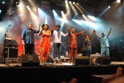Určitě jedním z největších festivalových zážitků byla páteční světová premiéra společného projektu banjisty Bély Flecka (první zleva) s malijskou zpěvačkou  Oumou Sangare (druhá zleva). Prý se potkali, když Fleck pátral po západoafrických kořenech svého nástroje…