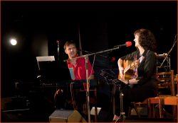 Koncert začal – a jako první host s Pavlou vystoupil klavírista a klávesista Ondřej Urban – a společně s Pavlou si pak zahrál i v mnoha dalších písních (stejně jako na jejím novém CD)...