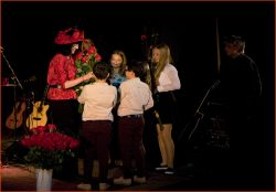 ...po poslední písni – ještě než došlo na přídavky, přišlo Pavle osobně poblahopřát i mnoho diváků, mezi nimiž bylo i několik jejích žáků...