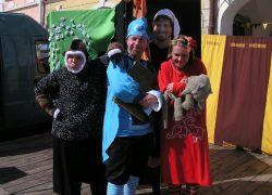Krátké a Úderné divadlo na Prázdninách v Telči - (v modré čepici Míra Holubec, v bílé čepici Martin Kadlec)