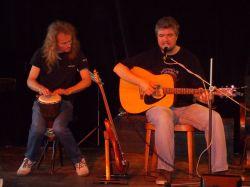 Jirka Hurych Alfíkovi vypomohl u písně Jeřabiny bubínkem