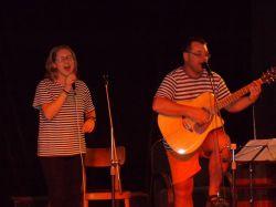 Jirka a Kačka Štěpánkovi zpívající píseň od Nadorazu Už máme basy píva koupený