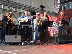 Na největším pódiu v Rudolstadtu hráli Američané Vanaver Caravan (měli i vlastní taneční sekci).