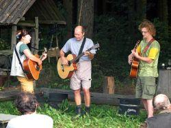 Autor povídky Bokajs stojí hezky uprostřed své kapely Maylant