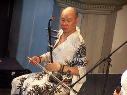 Hráč na koto, člen tria Huong Thanh