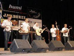 Zvláštní host - švédský G2 Bluegrass Band, odpoledne v černém, večer černobílí, představitelé mládí v evropském bluegrassu