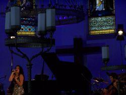 Mor Karbasi na Kostelní scéně
