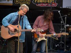 Pánové Karel Markytán a Michael Vašíček předvedli divákům ukázkovou minimalistickou kytarovou synchronizaci.