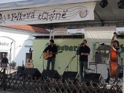 I kolínská Tatamia letos pozměnila sestavu a rozrostla se na trio. Basu s původní dvojicí Míra Vlasák, Ondra Sulženko začal držet David Špáta.