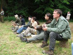 Autor povídky sedí vpravo a pozorně naslouchá při trapsaveckém semináři