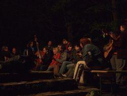9.Hrálo se ale nejen u samotného ohně. Mohli jste si vybrat i tišší kout u muzikantského zázemí.