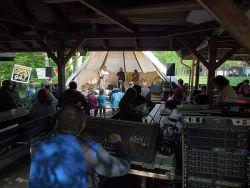 Festival Jihočeské zpívání se letos přestěhoval v čase, a tak se místo v červenci zpívalo už v květnu. Jedím z prvních vystupujících byla prakticky domácí skupina Jas.