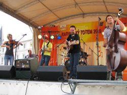 Docuku z Valašského Meziříčí dávají moderní bigbítový zvuk lidovkám z různých koutů světa. Název prý znamená svižně, rychle, a kapela mu naprosto dostojí.