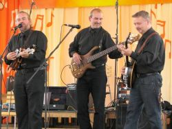 Silent rain spolu hrají krátce, ale po roce trénování už získávají první bluegrassové úspěchy i posluchače.