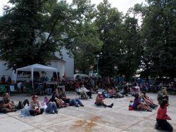 Zahradu tvoří nejen vystoupení kapel, ale také samotní diváci na všech scénách (zde Kaplička).