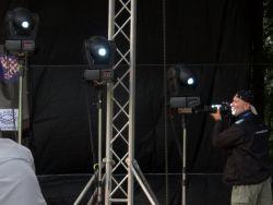 Podobně se nespokojil s vedlejší rolí fotograf Bllemby, a tak si alespoň stoupl rovnou do světel ramp.