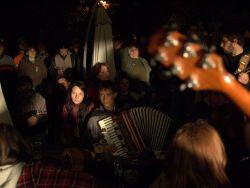 Jam sessiony u Kapličky byly letos minimálně v pátek a sobotu velmi povedené a i zde jste mohli potkat řadu muzikantů, kteří ještě před pár hodinami stáli na pódiích.