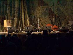 Závěrem se můžete podívat na závěr jednoho vystoupení. O samotné kapele vám více řekneme v jedné z příštích fotoreportáží, která se bude věnovat prvnímu večeru na amfiteátru.