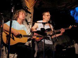 Po chvilce se však octl Žalman na pódiu zpět i s plně funkční kytarou.