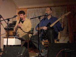 Dalšími vystupujícímo bylo duo Svitky. Jejich hudební styl bych nazval naturálním world blues music. Ale vlastně jde o klasický folk, protože jde převážně o písně se sdělením i poučením. A teď se v tom vyznejte.
