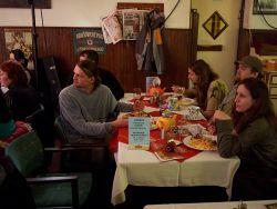 Mezitím se na svůj blok poctivě připravovala Falešná Karta. Jak vidíte, duo Svitky dokázalo přitáhnout pozornost i přes chutné jídlo na stole.