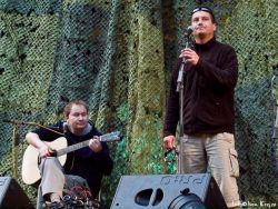 Duo Sova a Slamák hrající na předscéně