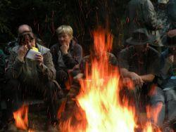 Momentka z vyhlášení výsledků u večerního trapsaveckého ohně