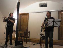 Po sólových částech se oba protagonisté sešli ve společném bloku pocházejícím z jejich pořadu Troubadour Tour a hráli leccos – třeba hodně keltských záležitostí.