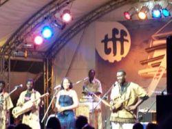 Začnu nejhorší fotkou nejlepší kapely: Bassekou Kouyate & n´goni ba z Mali. Bassekou Kouyate je vpravo stojící kapelník, n´goni je pouštní loutna, kterou tu vidíte v ´´sopránové´´ a ´´basové´´ velikosti. Největší nářez, který jsem v Rudolstadtu zažil.