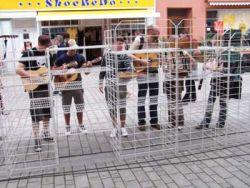 Muzikanti za mřížemi? Nikoli; hudební nástroje na pěší zóně měly před obchodem ´´hrabák´´ jako second hand nebo antikvariát. Kdo šel kolem, mohl si zahrát.