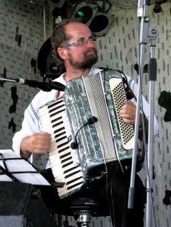 """Kapela přes pět let hraje písně Jiřího """"Dareby"""" Václavíka inspirované valašským folklorem a na vsetínsku si již získala spoustu příznivců."""