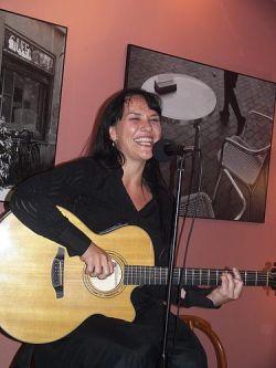 Jana Rychterová při vystoupení v kavárně Caféidoskop