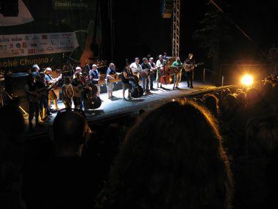Společné zpívání již tradičně patří k závěrečnému rituálu Folkového Chvojení. A já mám takový dojem, že je to právě jedna z věcí, která dělá tento festival něčím vyjímečným...