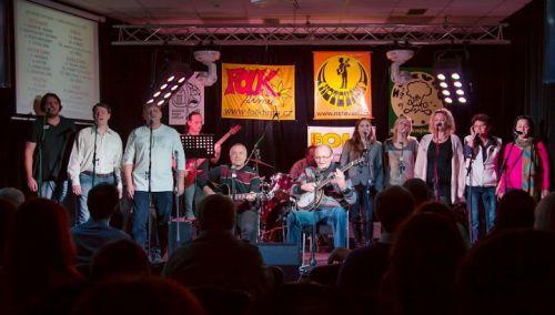 Účastníci 5. základního kola, nejpočetnější a služebně nejstarší kapela, která se kdy Notování zúčastnila, Entuziasté z Přerova, soubor který vznikl před 45 lety.