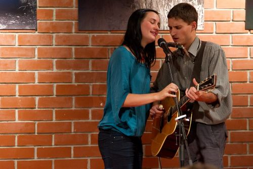 Jedna kytara, jeden mikrofon, dva hlasy - Martina Trchová a Honza Řepka zpívají spolu