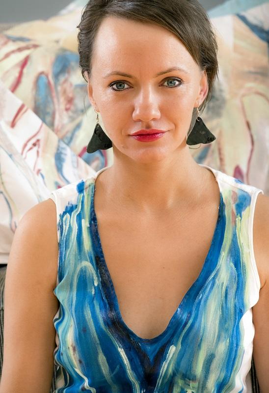 milli janatkova s autorskmi saty z vlastni malby foto jan pribylsky 2017